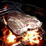 焚き火で焼くTボーンステーキ