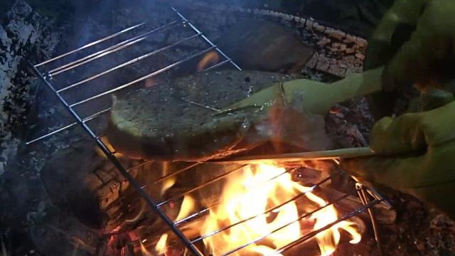 Tボーンステーキの裏側もしっかりと焼く