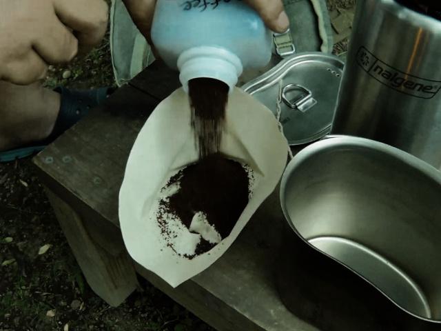 コーヒー豆を入れる