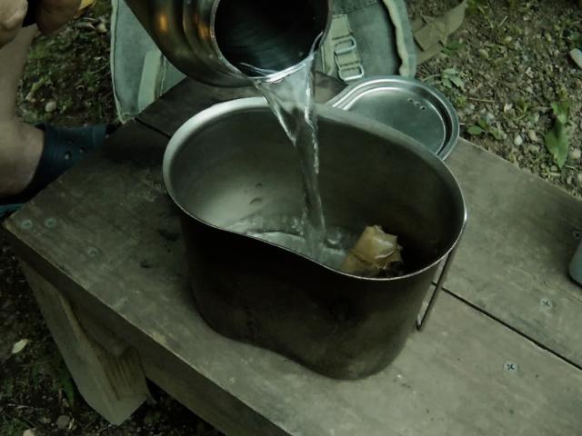 キャンティーンカップに水を入れる