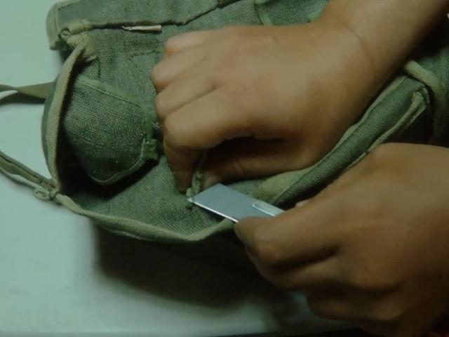 カッターナイフで仕切りを切り取る