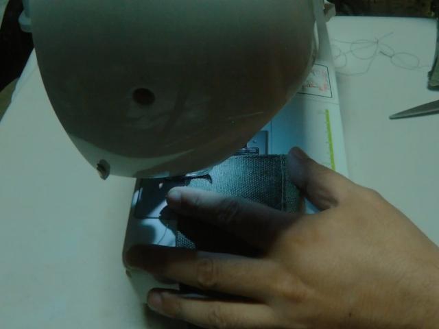 ホツレ防止の為にミシンで縫います