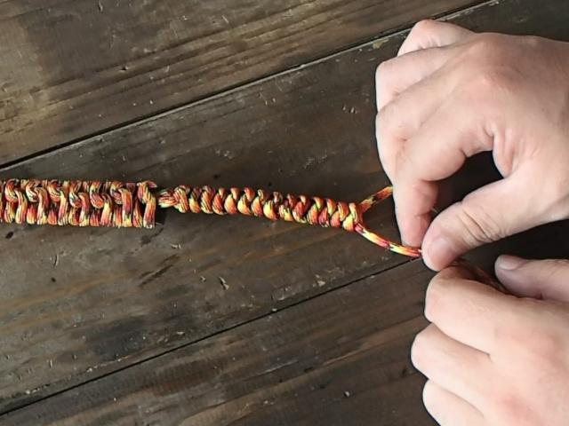 好きな長さまでスネークノットを編む
