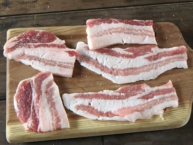 塩で豚バラ肉に下味をつける