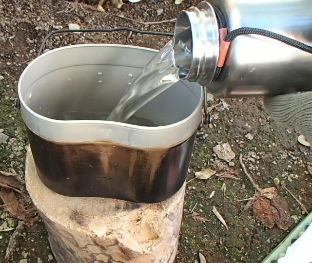 飯盒パスタを茹でるために飯盒に水を入れる