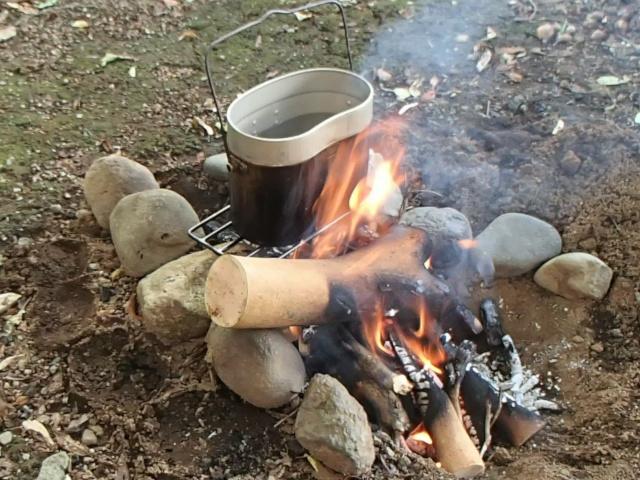 飯盒パスタ用の飯盒を火にかける