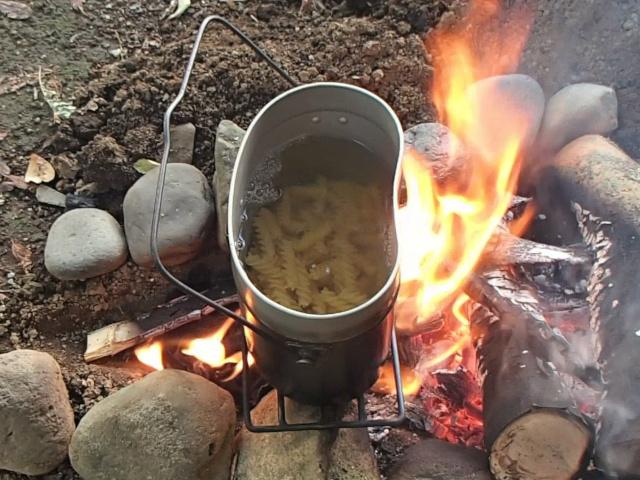 飯盒パスタ用フジッリを沸騰したお湯に入れる