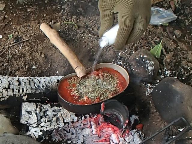 飯盒パスタ用ソースにハーブやスパイスを入れる