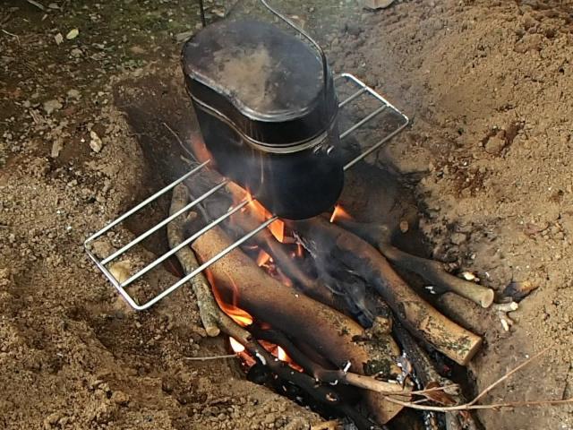 飯盒でお湯を沸かす