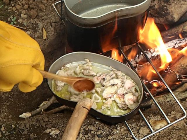 飯盒の蓋で豚肉を炒める