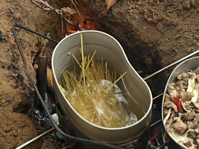 沸騰した飯盒のお湯でスパゲティを茹でる