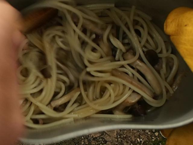 きのこソースとスパゲティを混ぜ合わせる