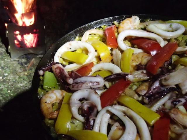 アウトドア料理 焚き火台を使った海鮮パエリアの作り方
