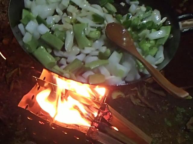 野菜を焚き火フライパンで炒める
