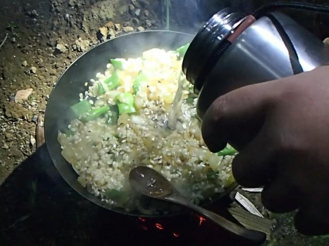 お米と水を入れる