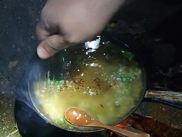 チキンスープの素を入れる