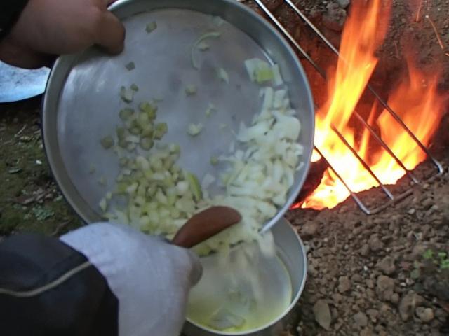チェコ軍メスキットに切った野菜を入れる