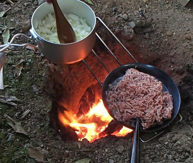 ひき肉を火にかける