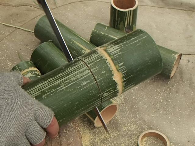 竹をマグカップの大きさに合わせて切ります