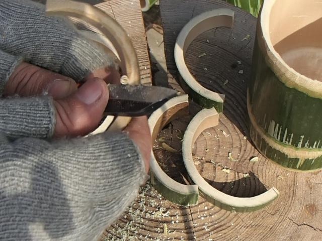 把手用竹のバリ取りをする