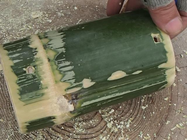 竹に上下の穴を貫通させた状態