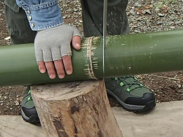 竹コーヒードリッパー用の竹を切る