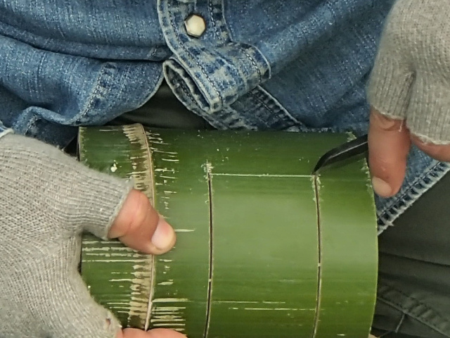 竹の中が見えるように切る