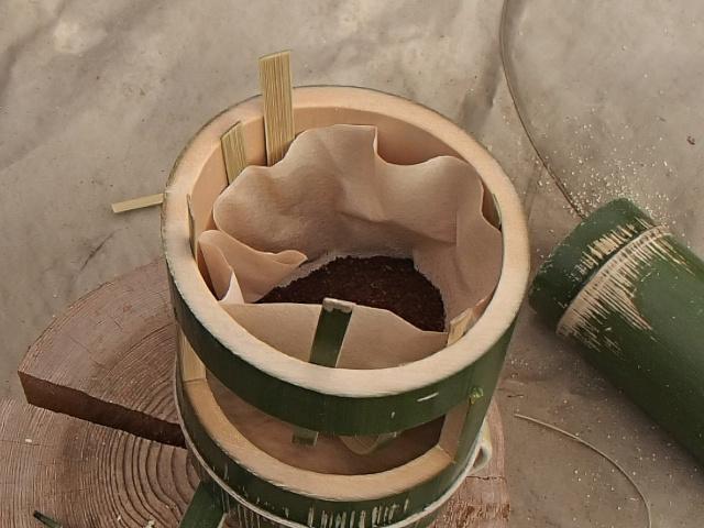 竹コーヒードリッパーにコーヒー豆を入れる