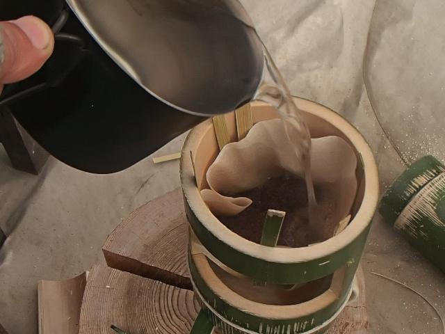 竹コーヒードリッパーにお湯を注ぐ