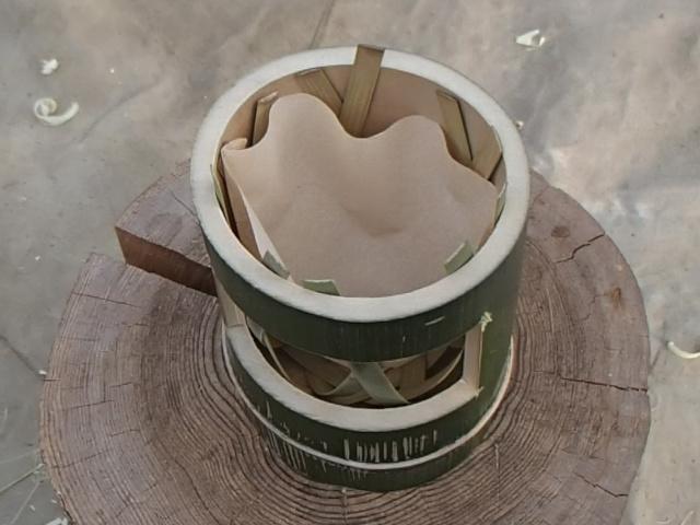 六つ目編み竹コーヒードリッパーにドリップペーパーを入れる