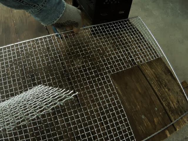サイズに合わせて焼き網を切り出したところ