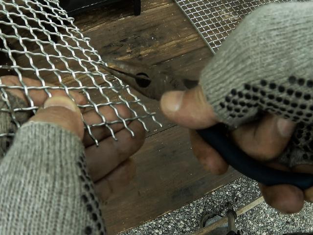 ラジオペンチで焼き網の切り口を整える