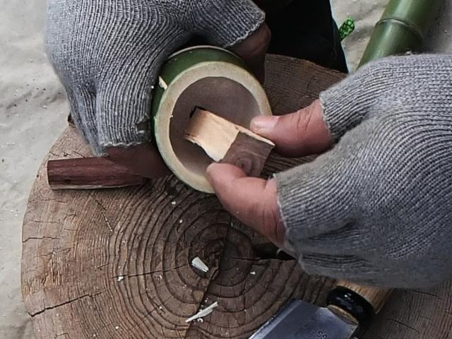 竹水筒の穴と栓を比べる