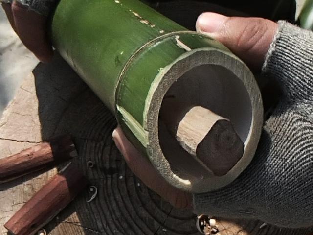 出来上がった栓を竹水筒にはめてみる
