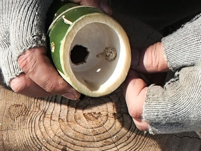 竹の内側に結び目を作る