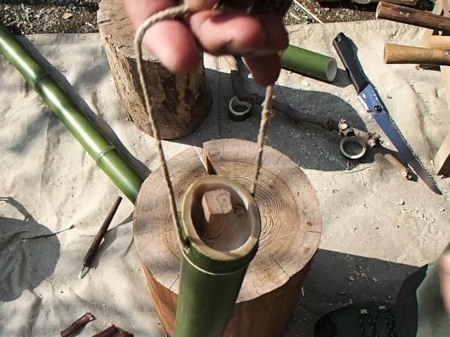 吊り下げられる竹水筒