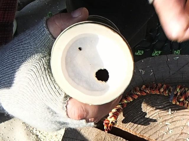 二箇所の穴をあけた竹水筒