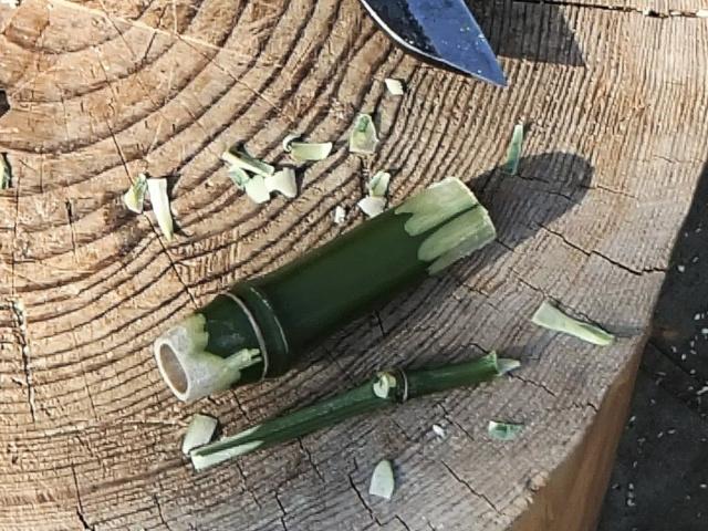 削って作った竹水筒の栓2つ