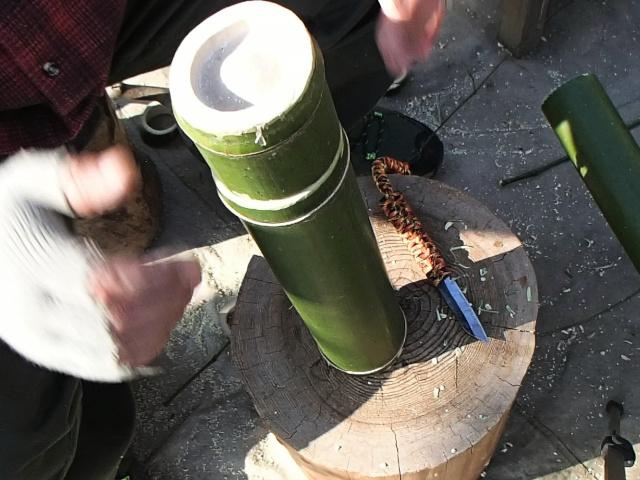 竹水筒本体の上に竹コップ
