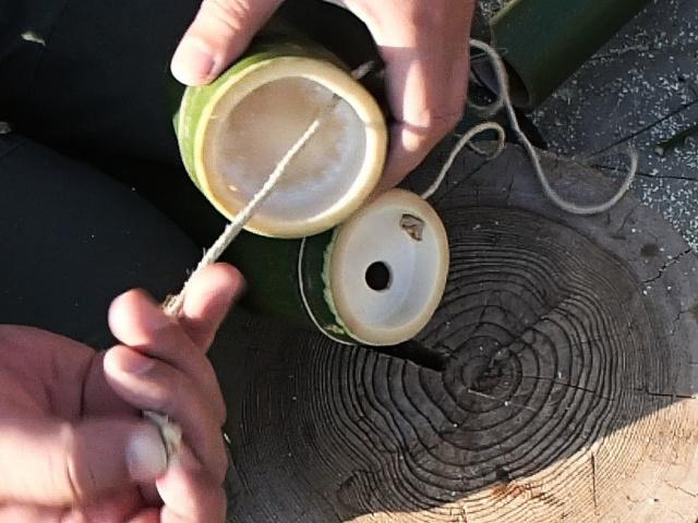 竹コップの外側から麻ひもを通す