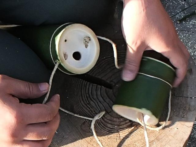竹水筒本体のもう一方の穴に通し内側に結び目を作る