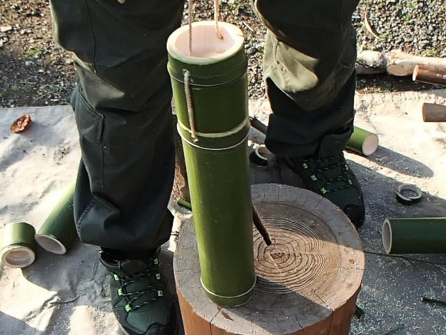 麻ひもで固定された竹コップと竹水筒本体