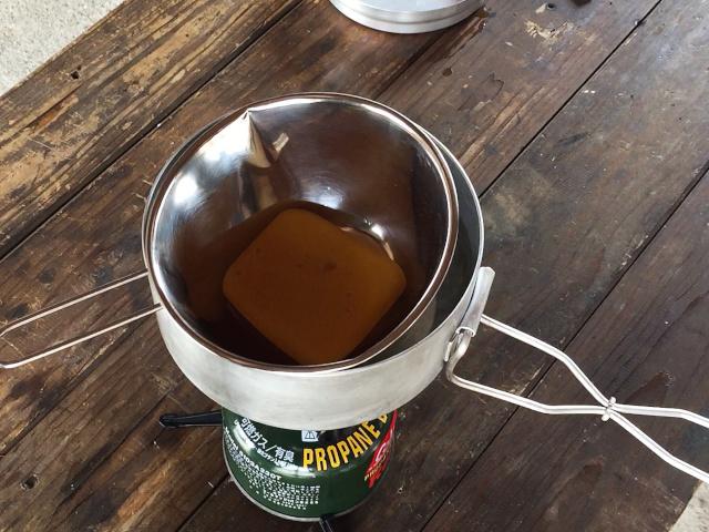 自家製グリーンランドワックスを湯煎で溶かす