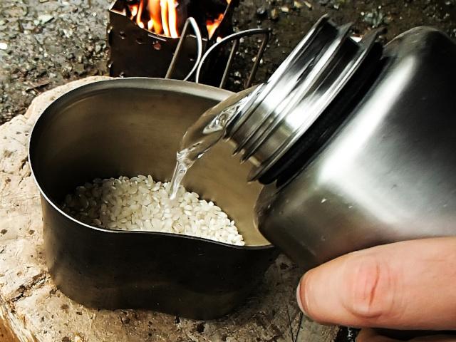 キャンティーンカップに米と水を入れる