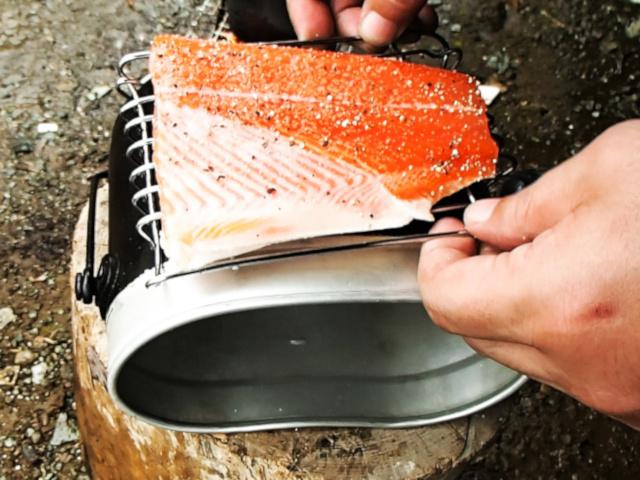 下網の上にサーモンを置いて飯盒に入れる