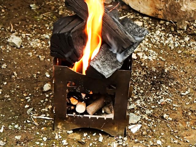 焚き火台で炭火をおこす