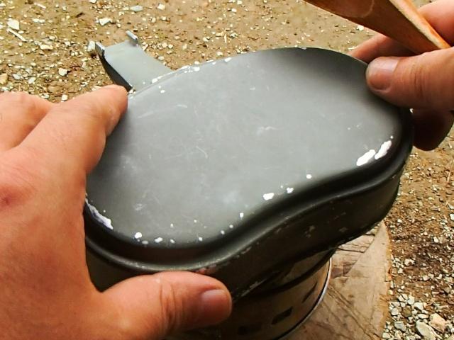 東ドイツ軍飯盒の上蓋をしてお米を煮る