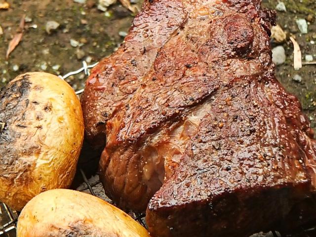じっくりと牛肉を焼く