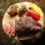 炭火で焼く肩ロースステーキと飯盒で作るガーリックライス
